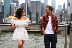 Pares novos que relaxam em New York Fotografia de Stock