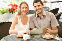 Pares novos que relaxam em um café Imagem de Stock
