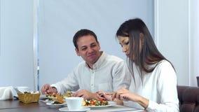 Pares novos que têm o almoço realmente saboroso em um café Foto de Stock Royalty Free