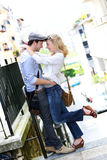 Pares novos recentemente no amor na cidade Fotografia de Stock Royalty Free