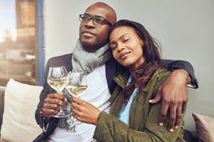 Pares novos românticos felizes fotografia de stock