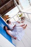 Pares novos românticos na casa de praia tropical fotos de stock royalty free