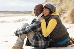 Pares novos românticos na praia do inverno Fotografia de Stock Royalty Free