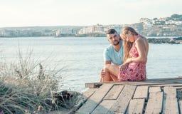 Pares novos românticos na praia Os pares novos apreciam cada othe foto de stock royalty free
