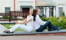 Pares novos românticos no amor Imagem de Stock
