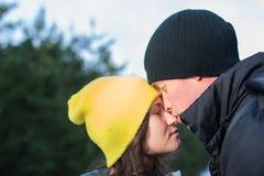 Pares novos românticos no parque do inverno Família ao ar livre Fotos de Stock Royalty Free