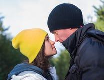 Pares novos românticos no parque do inverno Família ao ar livre Amor Imagens de Stock