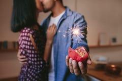 Pares novos românticos que comemoram seu aniversário Fotos de Stock