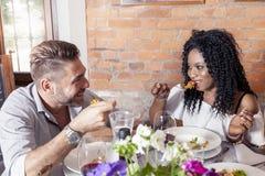 Pares novos românticos que jantam em um restaurante agradável imagem de stock