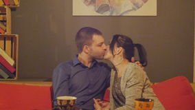Pares novos românticos que sentam-se em um café em um café e em uma fala bebendo da tabela zorra vídeos de arquivo