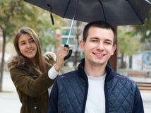 Pares novos sob o guarda-chuva Foto de Stock