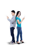 Pares novos usando o smartphone Fotos de Stock Royalty Free