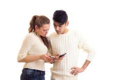 Pares novos usando o smartphone Fotos de Stock