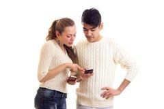 Pares novos usando o smartphone Fotografia de Stock Royalty Free