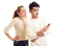 Pares novos usando o smartphone Imagens de Stock