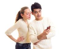 Pares novos usando o smartphone Foto de Stock Royalty Free