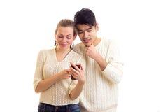 Pares novos usando o smartphone Imagem de Stock Royalty Free