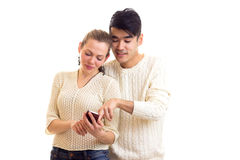Pares novos usando o smartphone Foto de Stock