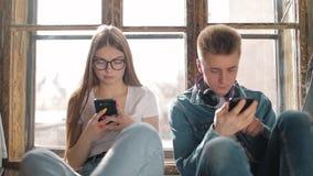 Pares novos usando smartphones