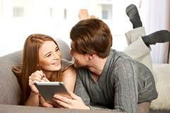 Pares novos usando um PC da tabuleta Foto de Stock Royalty Free
