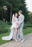 Pares nuevamente wedded en el parque Foto de archivo libre de regalías