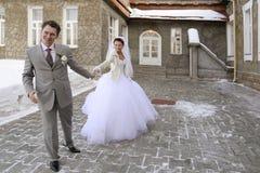 pares Nuevo-casados en caminata Imagen de archivo