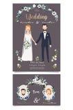 Pares nupciais de sorriso, guardando as mãos sob o arco floral do casamento Fotografia de Stock Royalty Free