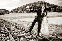 Pares nupciais nos trilhos, tonificados Fotografia de Stock