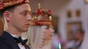 Pares nupciales en iglesia en el primer del día de boda metrajes