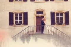Pares nupciales en las escaleras de su casa Imagen de archivo libre de regalías