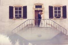 Pares nupciales en las escaleras de su casa Fotos de archivo