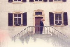 Pares nupciales en las escaleras de su casa Fotografía de archivo