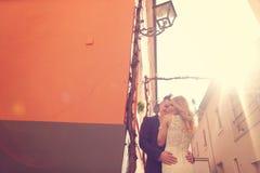 Pares nupciales hermosos en la luz del sol Fotografía de archivo libre de regalías