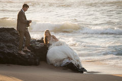Pares nupciales hermosos jovenes que se divierten junto en la playa Fotografía de archivo