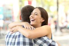 Pares o amigos que abrazan después de encuentro Foto de archivo libre de regalías