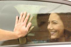 Pares o amigos que dicen adiós antes de viaje imagenes de archivo