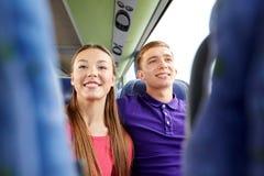 Pares o pasajeros adolescentes felices en autobús del viaje Fotos de archivo