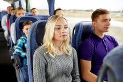 Pares o pasajeros felices en autobús del viaje Imagenes de archivo