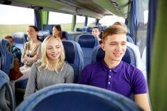 Pares o pasajeros felices en autobús del viaje Fotografía de archivo libre de regalías