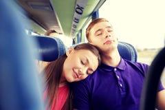 Pares o pasajeros felices que duermen en autobús del viaje Foto de archivo