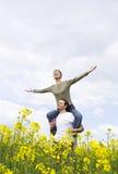 Pares ocasionales jovenes que disfrutan de verano Foto de archivo libre de regalías