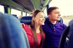 Pares ou passageiros adolescentes felizes no ônibus do curso Fotos de Stock Royalty Free