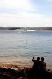 Pares pelo lago Fotografia de Stock Royalty Free