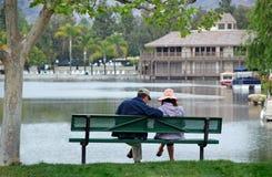 Pares pelo lago - Contempla Imagens de Stock Royalty Free