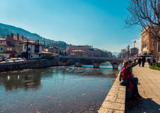 Pares pelo rio em Sarajevo Imagem de Stock