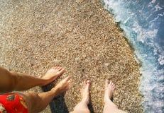Pares perto do mar Fotografia de Stock