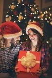Pares por Año Nuevo en el regalo de mirada de medianoche Imagenes de archivo