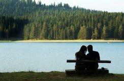 Pares por el lago Imagenes de archivo