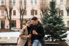 Pares positivos que descansam após a caminhada, coffe afastado da bebida fotos de stock royalty free