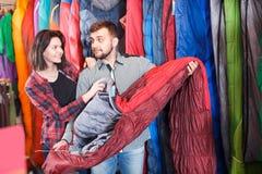 Pares positivos que examinam vários sacos-cama Imagem de Stock Royalty Free